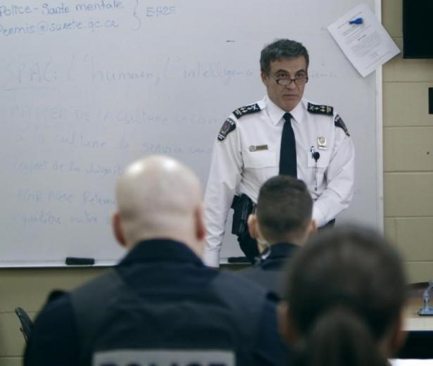 Première mondiale: Résistance: la police face au mur